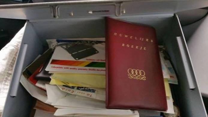 In het kistje zaten onder meer fotonegatieven en een trouwboekje.