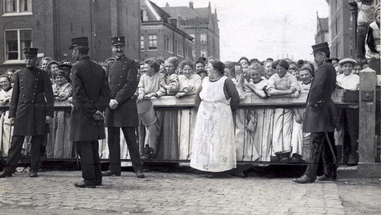 Wachten op de schaarse aardappels onder politie-toezicht Beeld Spaarnestad Photo