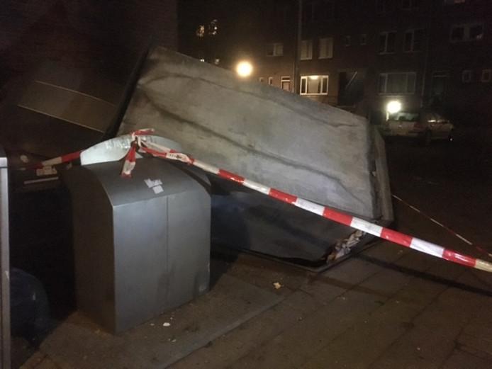 Bij een explosie is een container uit de grond geblazen in Breda.