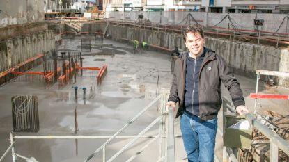 Nieuwe fase in bouw stadhuisvleugel: dertig vrachtwagens voeren 's nachts beton aan voor gieten keldervloerplaat