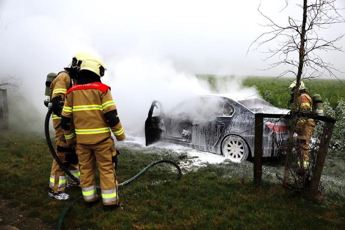 Aan de Graafsedijk in Beers is een auto verwoest door een brand.