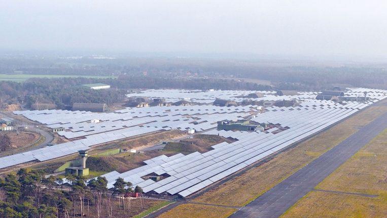 Duitsland kent ook al grootschalige zonne-energiecentrales, zoals hier bij het vliegveld Weeze, net over de grens bij Nijmegen. Beeld