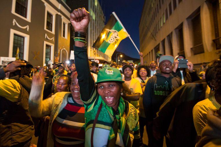 Aanhangers van president Jacob Zuma vieren feest in Kaapstad, nadat duidelijk wordt dat de president een motie van wantrouwen heeft overleefd.  Beeld AP
