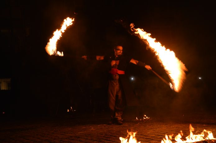 Takapa sluit circus- en straattheaterfestival De Donderdagen af met een spectaculaire vuurshow op het Twijnsterplein in Ninove.