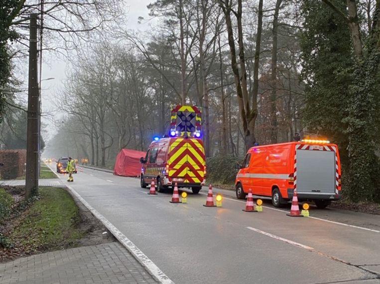 Een fietser overleed na een aanrijding met een wagen op de Dennenlaan in Pulle.