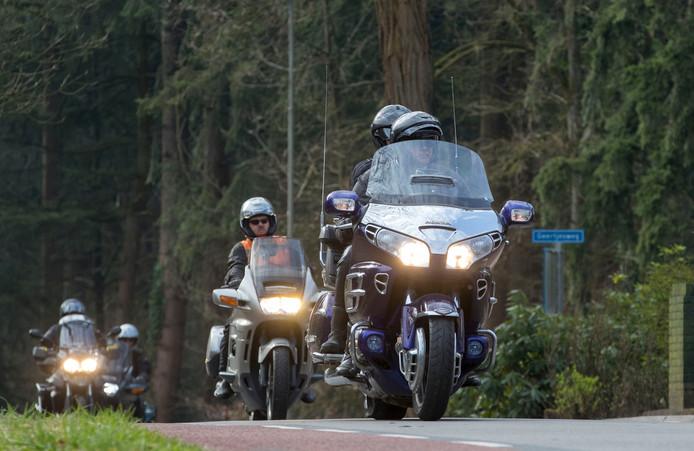 Motorclub De Rijnridders viert de lente met de eerste toertocht van het seizoen.