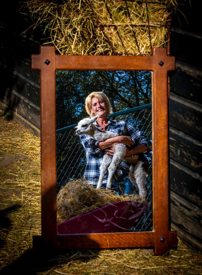 Petra Blokker, eigenaresse van Faunapark Flakkee, met alpaca.