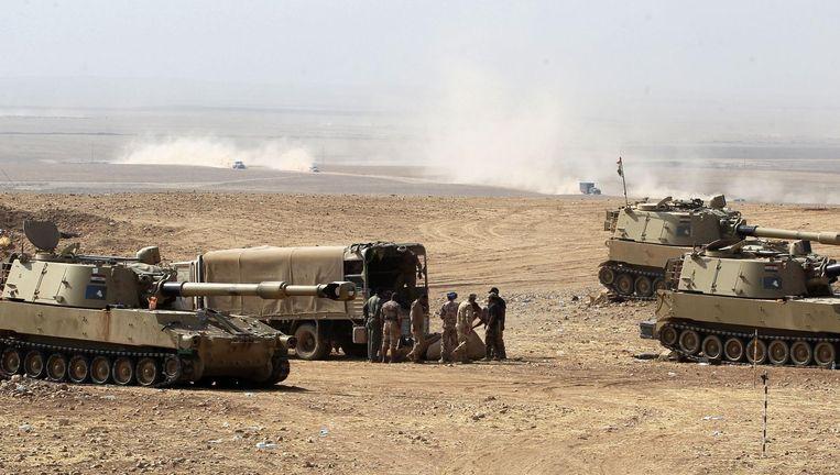 Irakese troepen ten zuiden van Mosul. Beeld afp