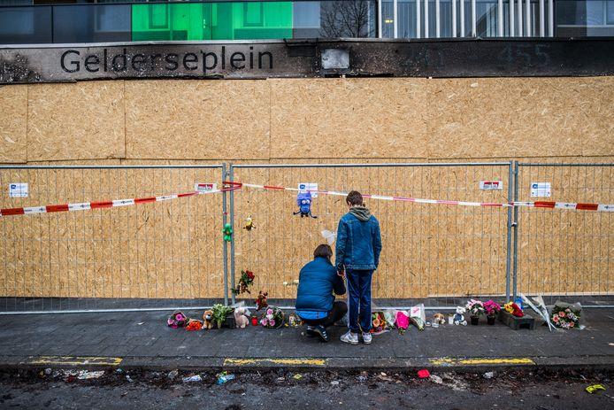 Bloemen bij de flat waar een man en zijn zoon omkwamen.