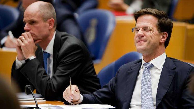 Premier Mark Rutte (R) en Stef Blok in de Tweede Kamer tijdens het debat over het regeerakkoord van VVD en PvdA. Beeld anp