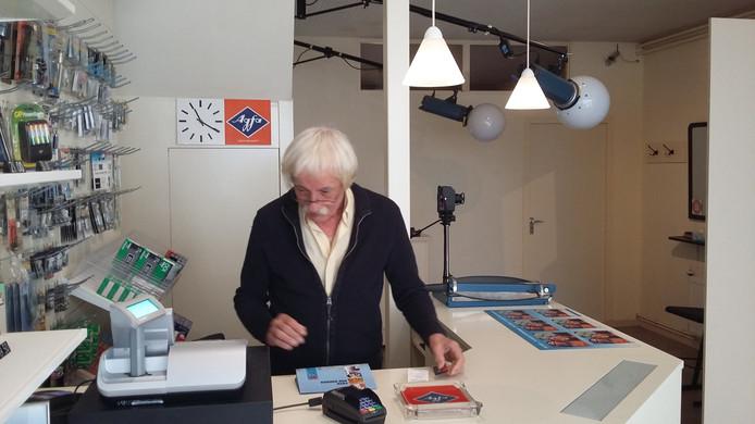 Bob Noomen in zijn fotowinkel.