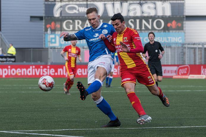 Junior van der Velden (l) van FC Den Bosch tijdens een wedstrijd tegen Go Ahead Eagles.