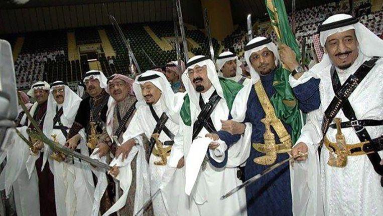 Saoedische leiders doen een zwaardendans tijdens een cultureel festival. Beeld EPA