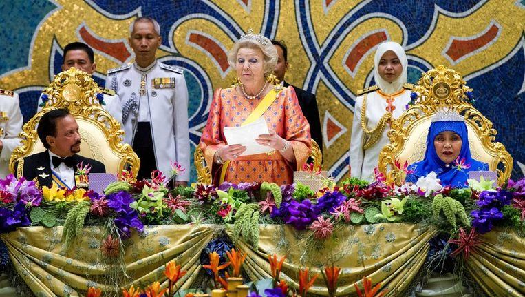 Links de sultan van Brunei, midden koningin Beatrix, rechts de vrouw van de sultan Beeld epa