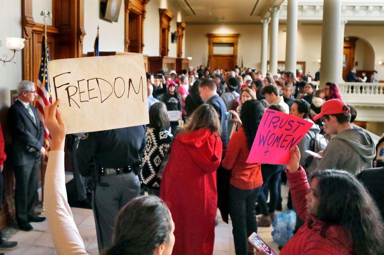 Betogers tegen de omstreden wet in de gangen van de senaat van Georgia.