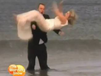 Hoe het niet moet: man laat kersverse bruid vallen in ijskoude zee