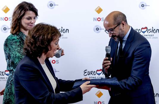 Burgemeester Ahmed Marcouch presenteert namens de gemeente Arnhem aan NPO-bestuursvoorzitter Shula Rijxman een bidbook op basis waarvan de stad het Eurovisie Songfestival van volgend jaar hoopt binnen te halen.