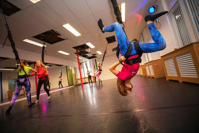 De deelnemers aan de funworkouts bij balletschool Domingos in Hoek van Holland halen de gekste capriolen uit.