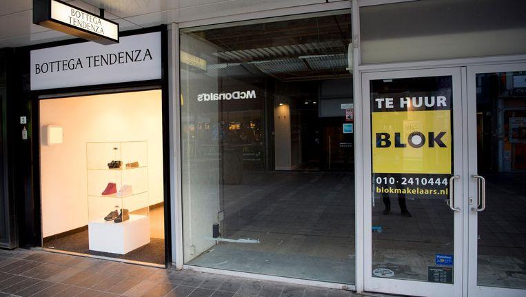 Een leegstaand winkelpand staat te huur in Rotterdam. Beeld anp