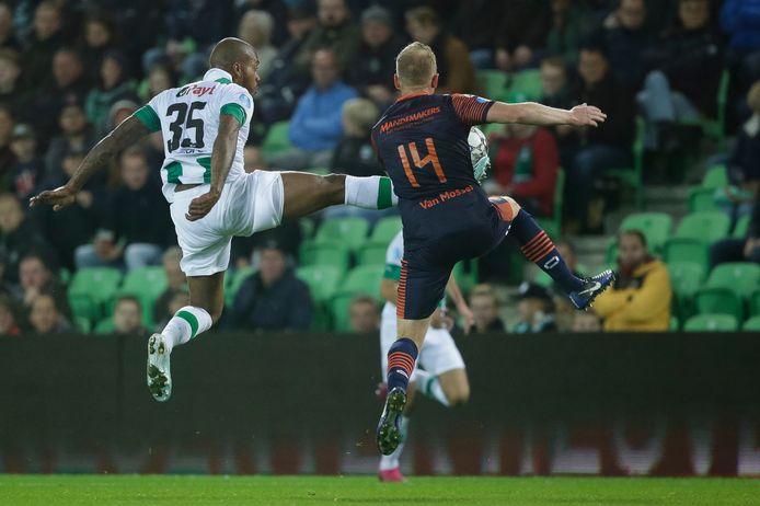Henrico Drost (r) duelleert in zijn laatste wedstrijd als betaald voetballer in het shirt van RKC tegen FC Groningen met voormalig ploeggenoot Charlison Benschop.