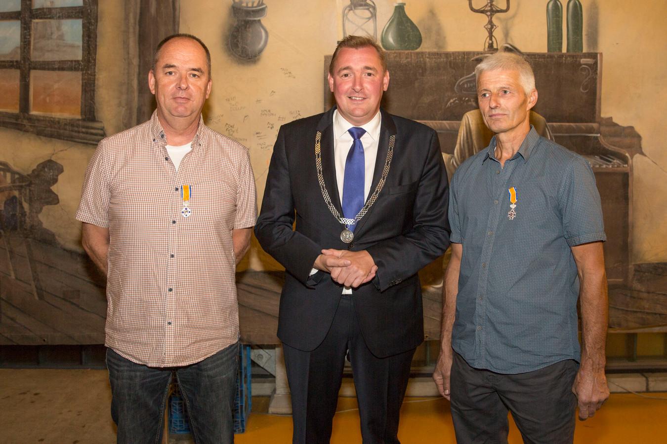 Borssele lintje voor twee brandweermannen. Frank van der Jagt, burgemeester Gerben Dijksterhuis en Aart van Wingen (vlnr).