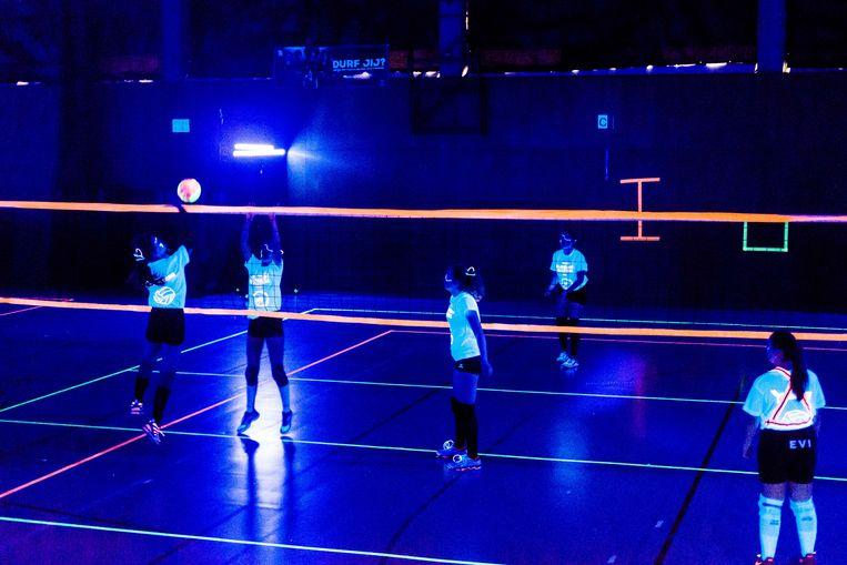 Volleybalspelen in blacklight: iedere keer een belevenis.