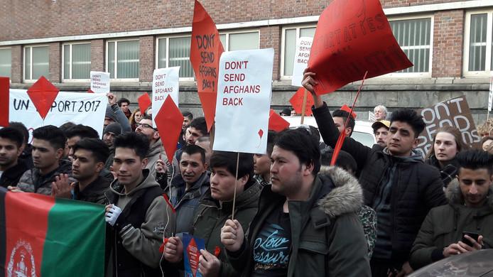 Afghanen protesteren tegen hun uitzetting.