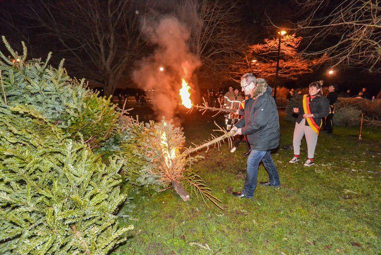 Burgemeester Youro Casier mocht het vuur aansteken.