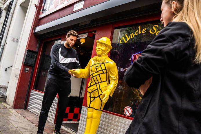 Racistische' butler van Arnhemse coffeeshop Uncle Sam voortaan veilig  zwart-geel   Arnhem   gelderlander.nl