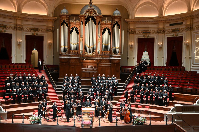 Het Amsterdams Gemengd Koor voor aanvang van de Johannes-Passion op 8 maart in het Concertgebouw.