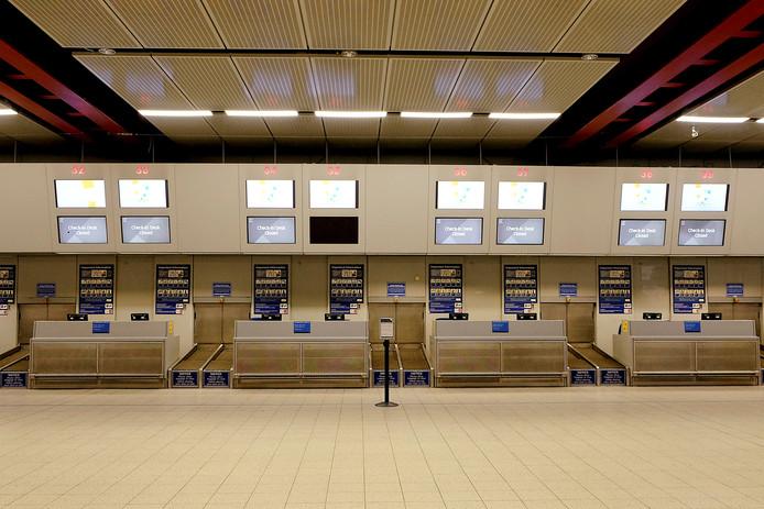 Lege incheckbalies op het vliegveld van Luton na het faillissement van de Britse vakantievlieger Monarch.