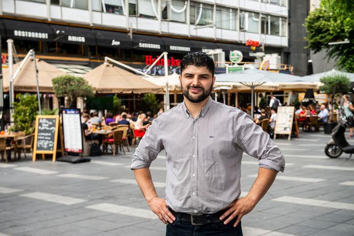 Rotterdammer Mohamed Tamriuat opent over enkele weken zijn Mac Fish & Chicken aan de even zijde van het Stadhuisplein.