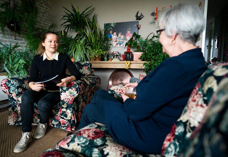 Caroline Smeets, wijkverpleegkundige, op bezoek in Strijen.  Beeld Freek van den Bergh / de Volkskrant