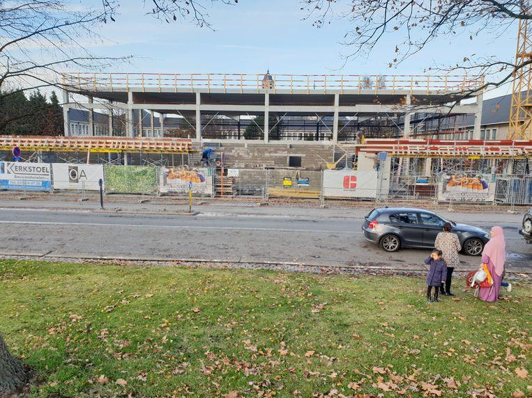 Het geraamte van de nieuwe sporthal staat er en het dak ligt er intussen op.