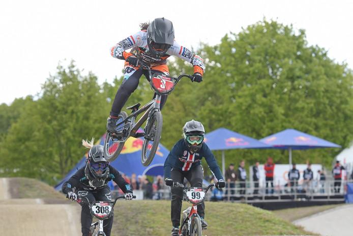 Judy Baauw (3) in actie tijdens de door haar gewonnen wereldbekerwedstrijd op Papendal.