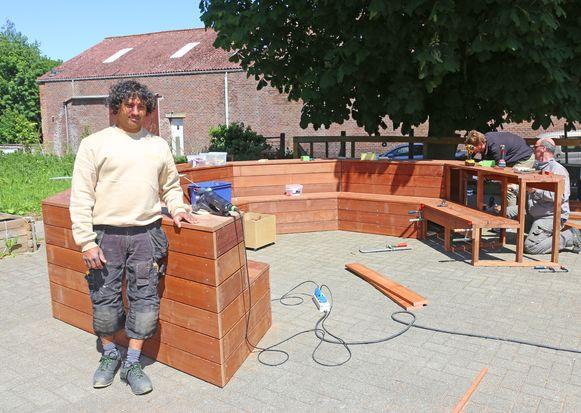 Santosh Van der Biest bij zijn zelfgebouwde openluchtklas.