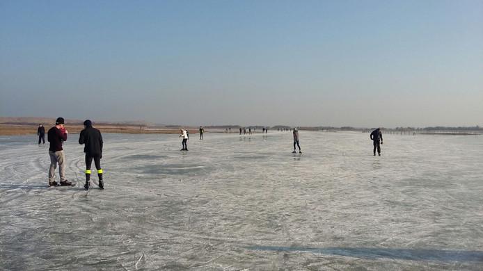 Op het Noordervroon, tussen Westkapelle en Domburg, wordt zondag volop geschaatst.