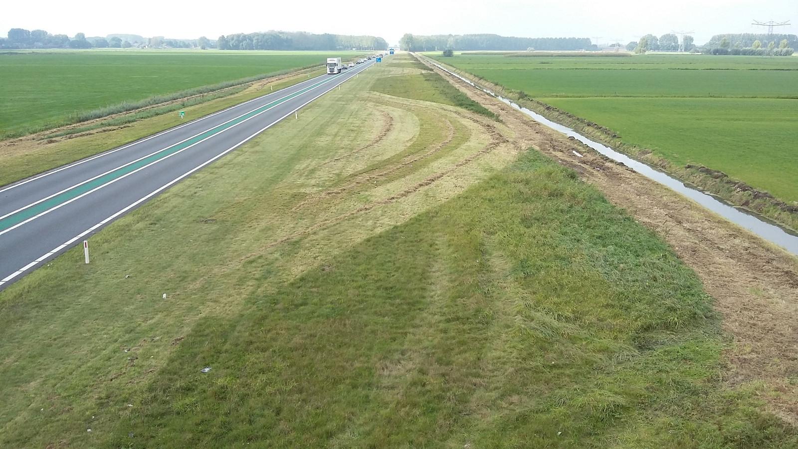 Ook Gelderland experimenteert met sinusmaaien. Net als de N267 heeft de Maas- en Waalweg (N322) bij Druten een zeer brede  berm.