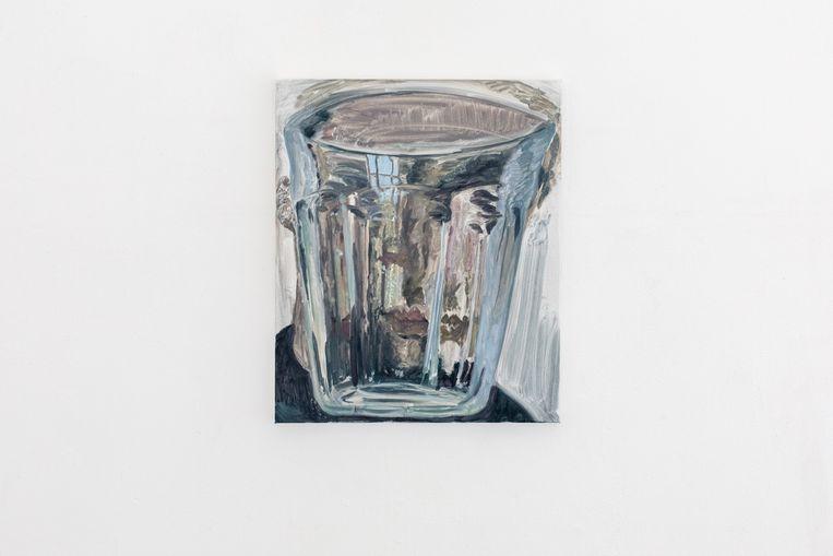 Een duralexglas haalt het hoofd van de schilder door de blender.  Beeld Natascha Libbert