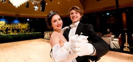 Lisa (18) en Yonne (19) debuteren op sprookjesachtig Wiener Ball