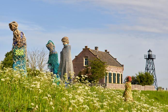 Een impressie van 'Dwaalgasten'. Het is een van de kunstwerken op de internationale kunstroute van Zomer op Schokland.