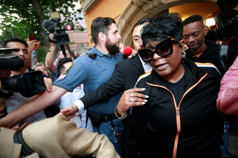 Renee Black, de moeder van A$AP Rocky verlaat de rechtbank in Stockholm op 2 augustus.  Beeld REUTERS