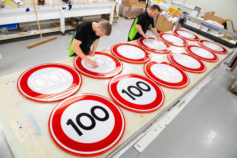 Het terugschroeven van de maximumsnelheid wordt voorbereid bij verkeersbordenfabrikant Visser Assen. Beeld Marcel Jurian de Jong / Nederlandse Freelancers