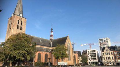 Hoofdingang Sint-Pieterskerk afgesloten  na loszittende leien op dak