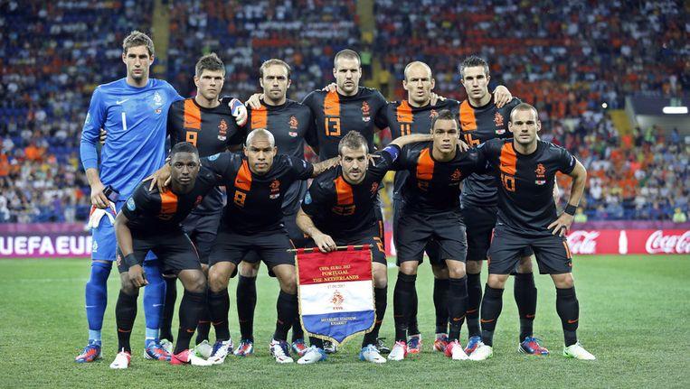 Het Nederlands elftal gisteravond voor de aftrap van wat de laatste wedstrijd tijdens het EK zou worden. Beeld ap