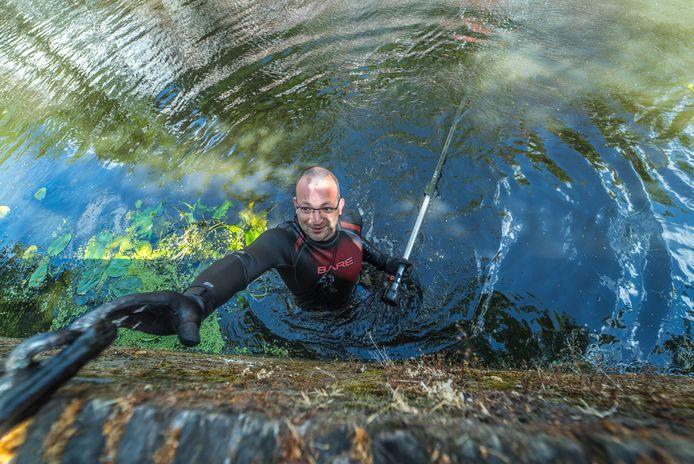 """Magneetvisser Thomas-Jochem Lub in het grachtwater van de Hippolytusbuurt. ,,De spanning van wat je nu weer vindt op de bodem."""""""