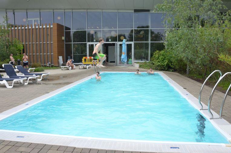 Het buitenzwembad werd vandaag al druk gebruikt.