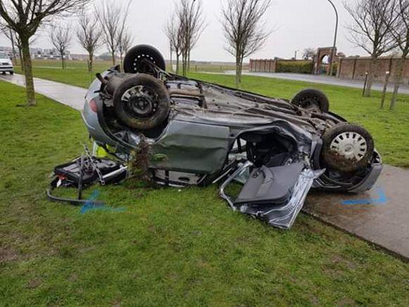 De Opel Corsa belandde op zijn dak.