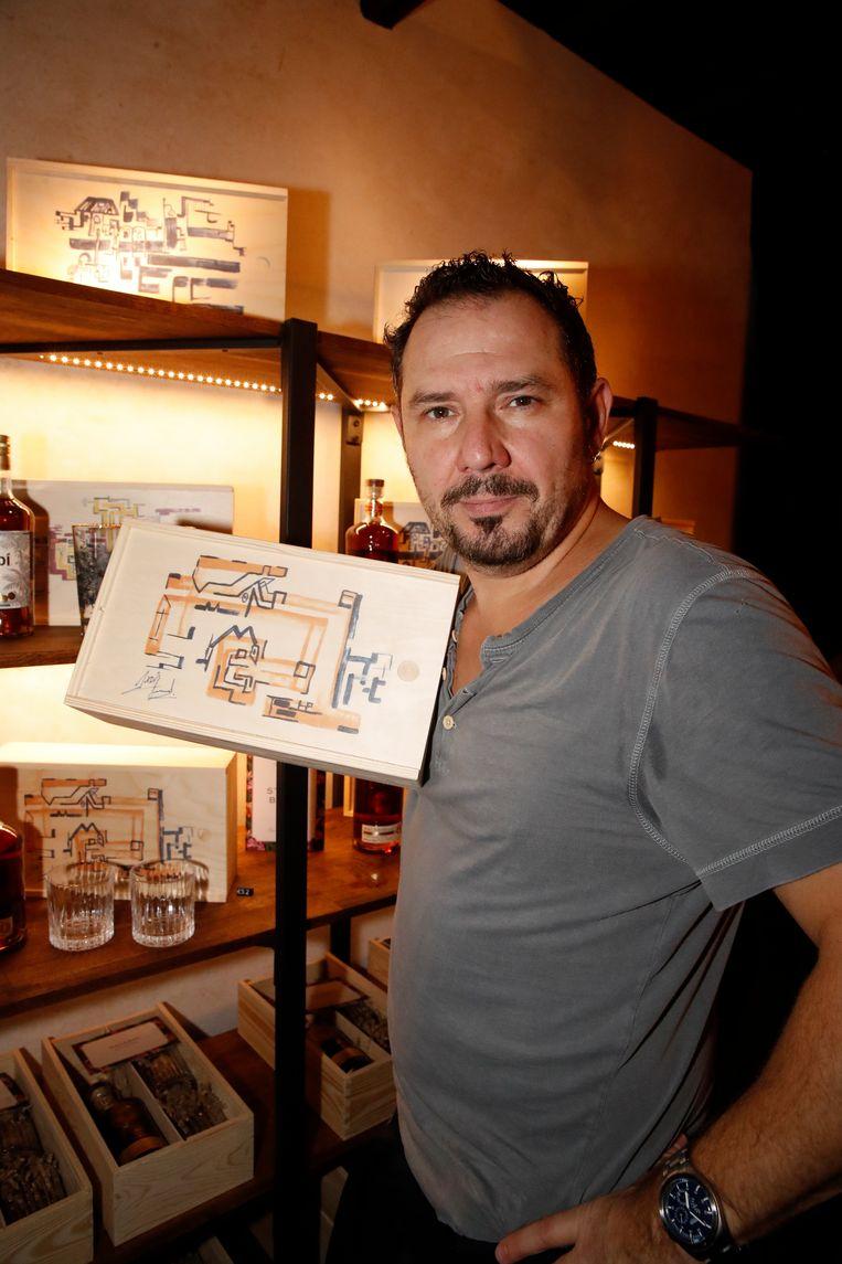 Axel Daeseleire kon vanavond uiteraard niet ontbreken. Hij ontwierp het kunstwerk op de houten kratjes.