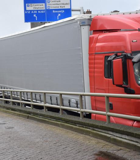 Vrachtwagen vast in spoortunnel Gouda